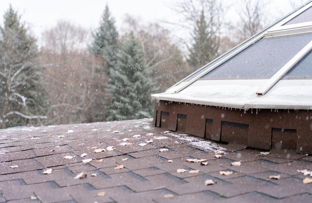 Sneeuw die op het dak valt