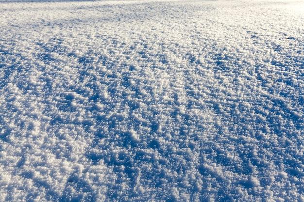 Sneeuw drijft in de winter, diepe sneeuw drijft na de laatste sneeuwval, winterkoud weer na de sneeuwval
