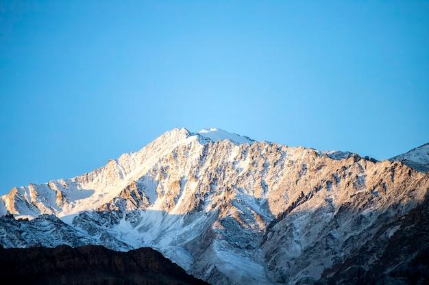 Sneeuw en bewolkt op de bergketen van himalayagebergte, leh ladakh, noordelijk deel van india