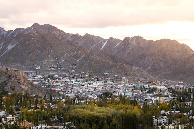 Sneeuw mountain view van leh ladakh district, norther-deel van india