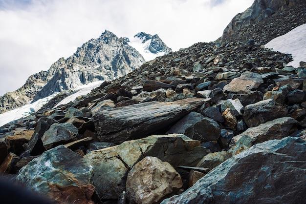Sneeuw op bergketen.
