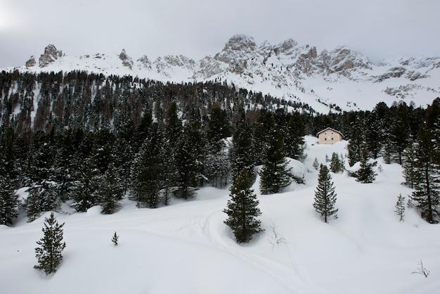 Sneeuw, pieken en wolken