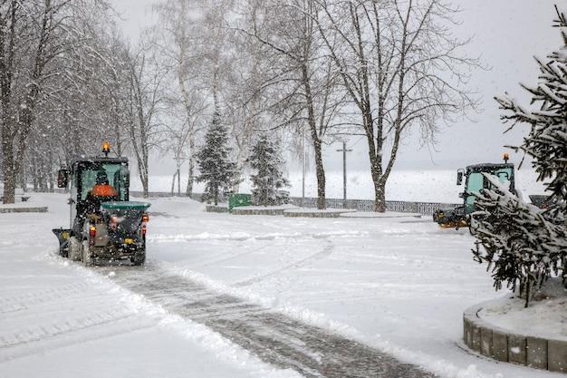 Sneeuw schoonmakende bussen in stad tijdens zware sneeuwval
