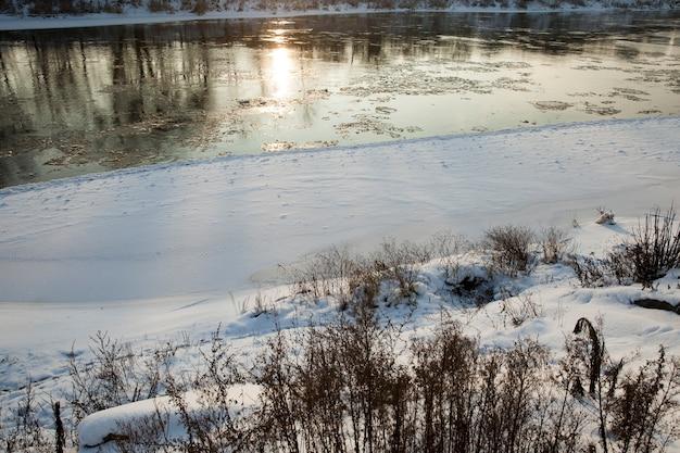 Sneeuw stuift op het meer, sneeuw stuift op het ijs van het meer na de laatste sneeuwval