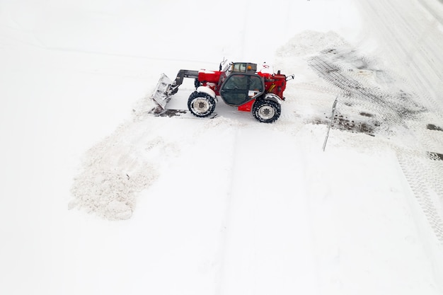Sneeuw van de straten verwijderen na zware sneeuwval. trekker reinigt het uitzicht op de sneeuw vanaf de bovenkant.