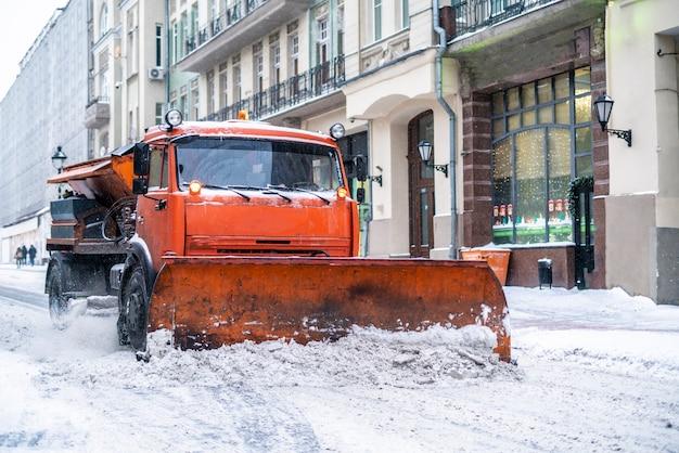 Sneeuw verwijder machine met bemanning in de straten