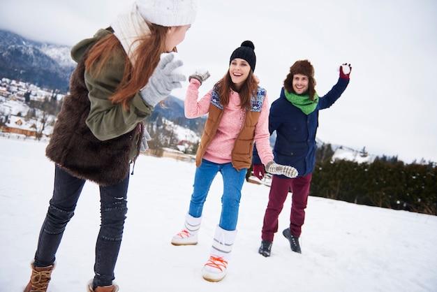 Sneeuwballengevechten in de winter maken ons gelukkiger