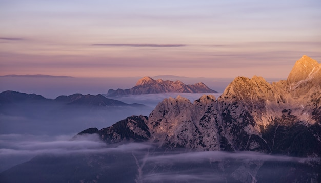 Sneeuwbergen tijdens zonsopgang