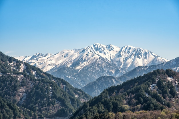 Sneeuwbergketen bij de alpiene route van tateyama kurobe.