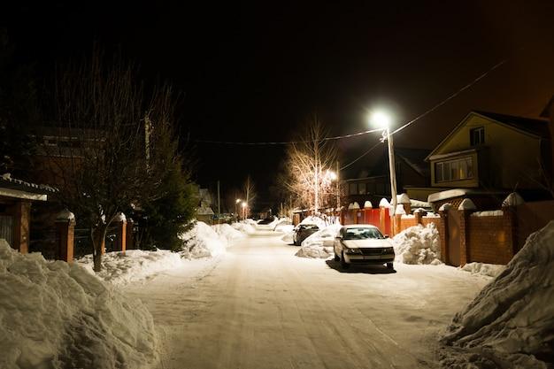 Sneeuwbomen in dorp in de winter bij nacht, siberië