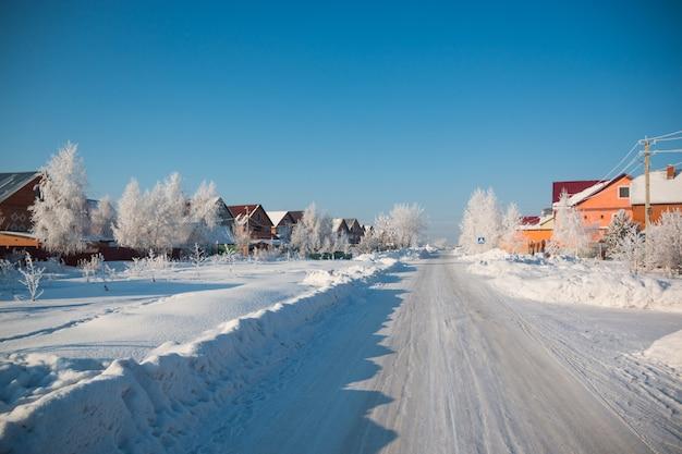 Sneeuwbomen in dorp in de winter, siberië