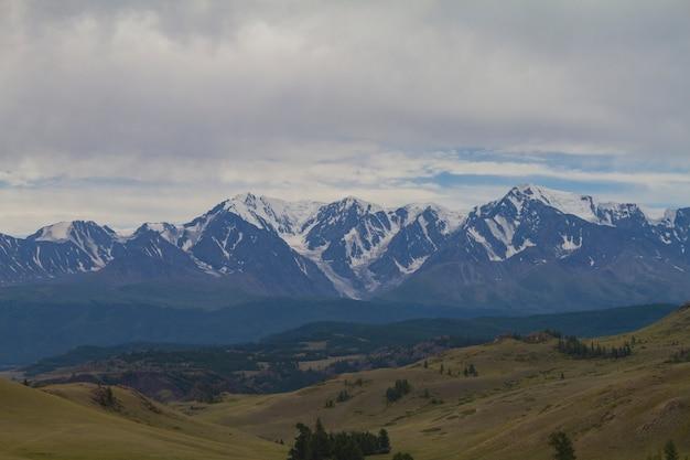 Sneeuwbovenkant in altai-bergen. onderaanzicht.