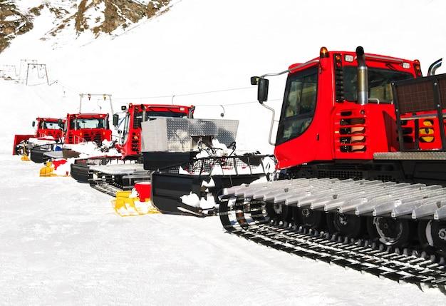 Sneeuwkappers voor skihellingen in de wintertoevlucht