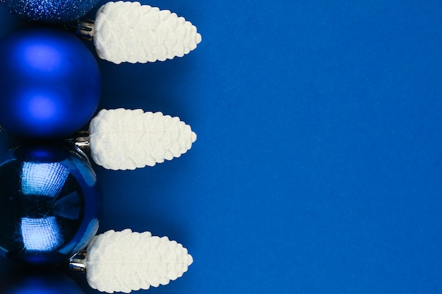 Sneeuwkegels met kerstballen op blauwe ruimte. hoge kwaliteit foto