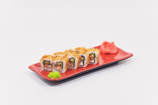Sneeuwkrab, zalm, roomkaas en komkommerbroodjes op witte achtergrond worden geïsoleerd die.