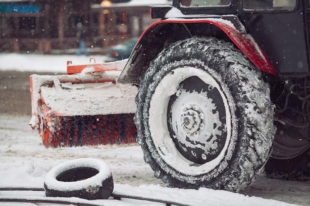 Sneeuwmachine reinigt de sneeuw in de stad.