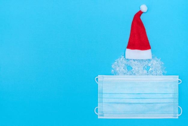 Sneeuwman hoofdvorm in kerstmuts met beschermend medisch gezichtsmasker op