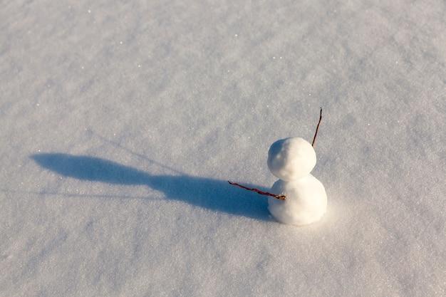 Sneeuwmannen gemaakt van sneeuw in de winter