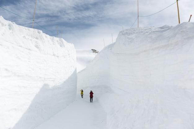 Sneeuwmuur op de tateyama kurobe alpine route