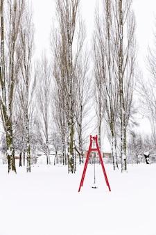 Sneeuwpark met schommels en bomen