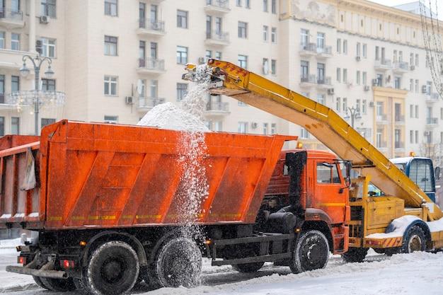 Sneeuwploeg die sneeuw van de weg verwijdert