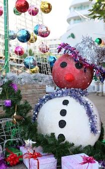 Sneeuwpopdecoratie voor vrolijke kerstmis en gelukkig nieuw jaar
