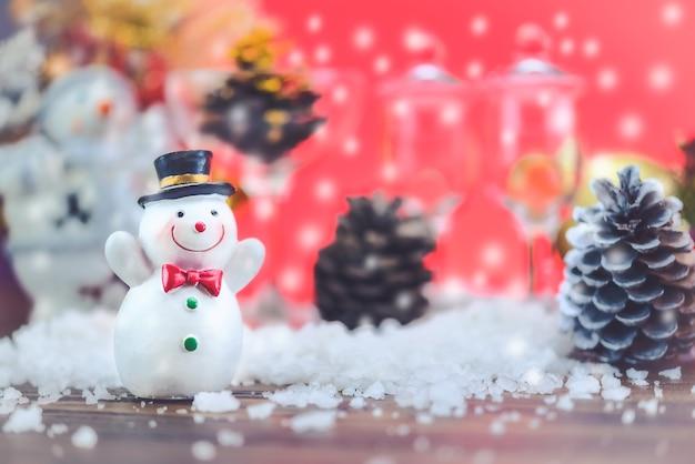 Sneeuwpoppoppen met gelukkige vakantiesfeer