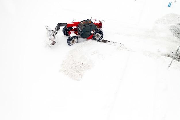 Sneeuwruimen. trekker maakt de weg vrij na zware sneeuwval.