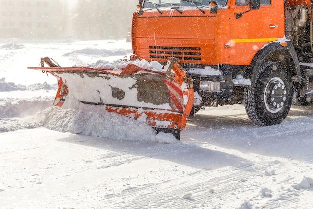 Sneeuwschuiver op het werk