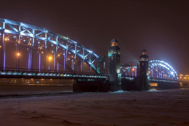 Sneeuwstorm in de winter in de stad bij nacht. bolsheokhtinsky-brug in st. petersburg, rusland
