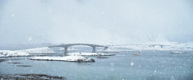 Sneeuwval op lofoten-eilanden, noorwegen