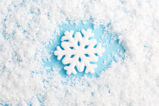 Sneeuwvlok en sneeuw op blauwe achtergrond. kerst samenstelling.