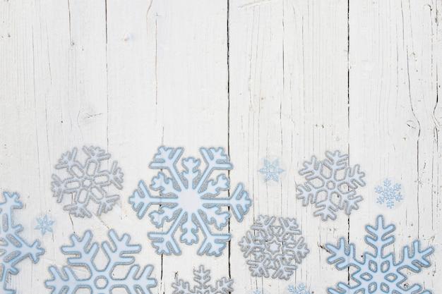 Sneeuwvlokken met kopie ruimte bovenaan