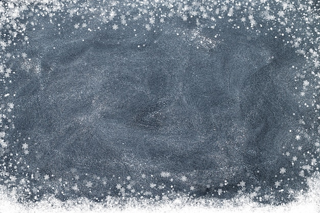 Sneeuwvlokken op een zwart bord. kerst concept