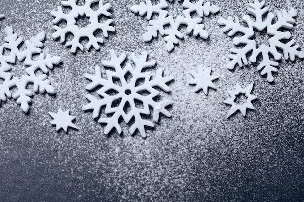 Sneeuwvloksuikerpoederornament op zwart bord