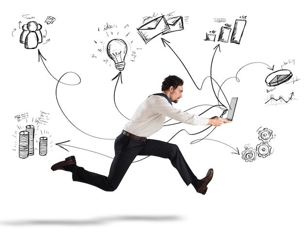 Snel bedrijfsconcept met zakenman die met laptop loopt