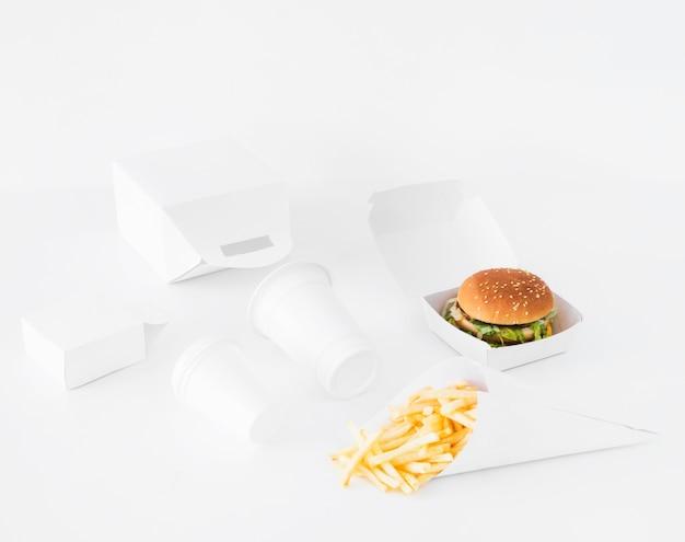 Snel voedsel met de spot van het voedselpakket omhoog op witte achtergrond