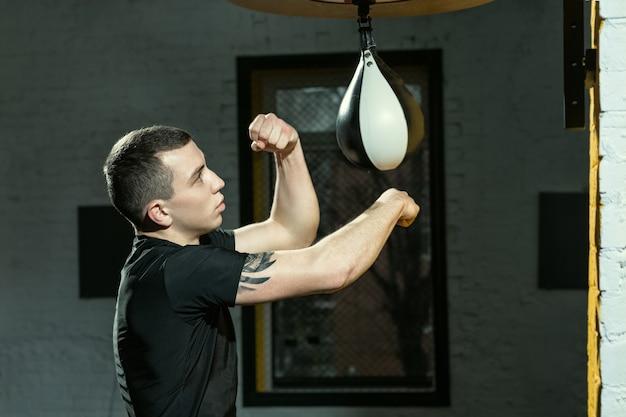 Snelheid is belangrijk. portret van een professionele bokser die ponsen met de speedbag oefent
