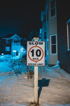 Snelheidsbeperkingsteken in de winter