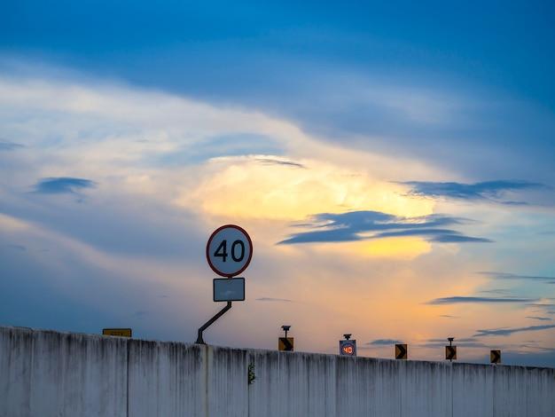 Snelheidsbeperkingsteken niet meer dan 40 km / u op de brug onder dramatische hemel