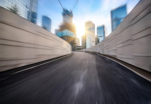 Snelheidsbeweging in stedelijke snelwegwegtunnel