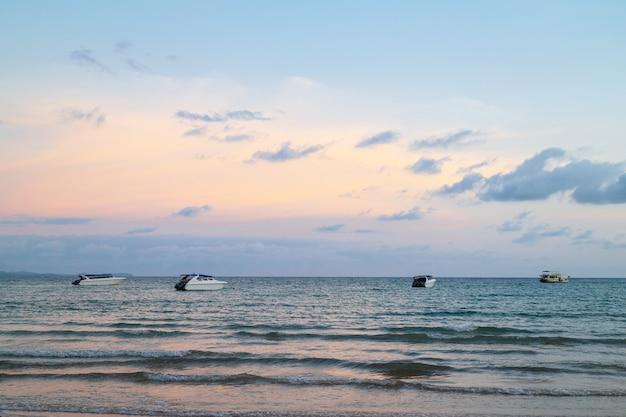 Snelheidsboten op het overzees met kleurrijke hemel op achtergrond in de avond bij koh mak island in trat, thailand.