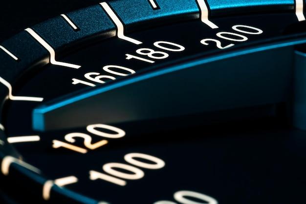 Snelheidsdetail met macro-opname van autokilometers