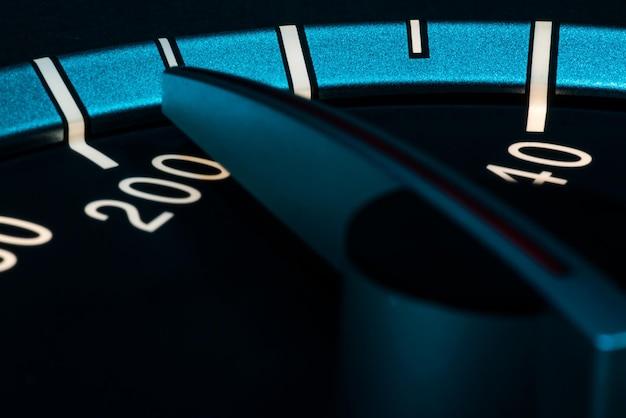 Snelheidsdetail met macro-opname van autokilometerteller of toerenteller