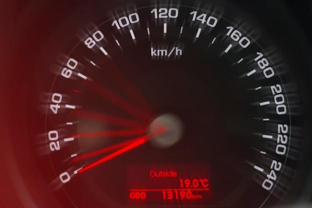 Snelheidsmeter close-up weergave. wit en rood