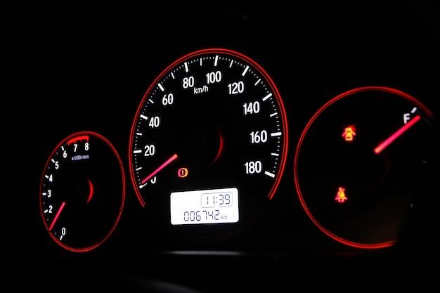 Snelheidsmeter in de auto