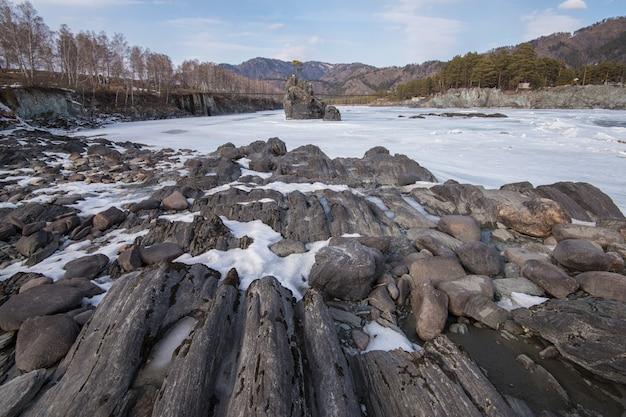 Snelle bergrivier katun in de winter