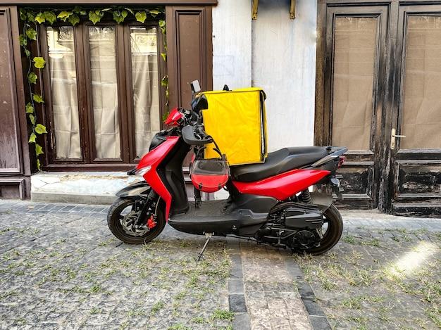 Snelle en gratis bezorging van eten per scooter in de stad