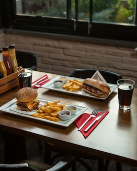 Snelle foo-menu voor twee personen in een restaurant.