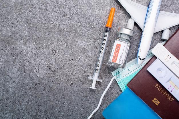 Snelle test met neus- en speekselantigeen-testkit voor snelle test voordat u gaat vliegen. gezond vaccinatiepaspoort voor controle coronavirus en voorkom passage voor apart vóór transport.
